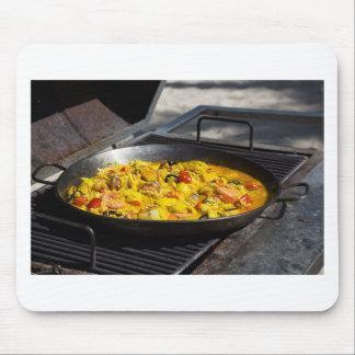 Paella wird auf einem Grill gekocht Mousepad