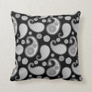 Paisley-Muster, silbernes Grau/Grau auf Schwarzem Kissen