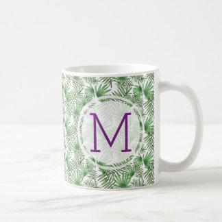 Palmblätter und lila Initiale Kaffeetasse
