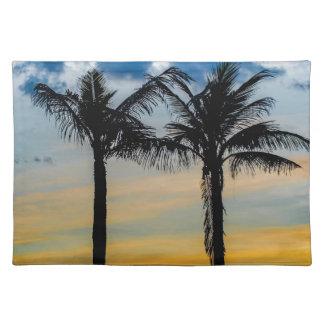 Palmen gegen Sonnenuntergang-Himmel Stofftischset