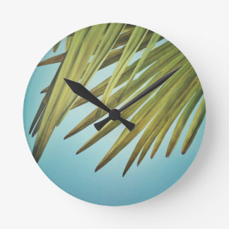 Palmenwedel am Sommerhimmel Runde Wanduhr