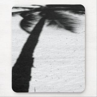 Palmeschatten auf Strand Mousepad