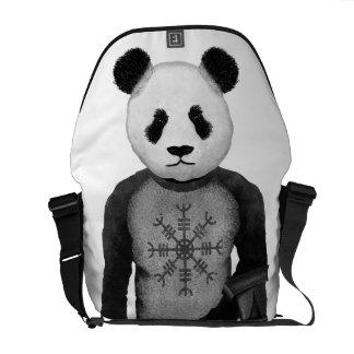 Panda-Bär, der Viking-Hammer des Thors hält Kuriertasche