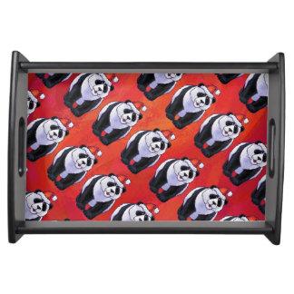 Panda-Bär in der Weihnachtsmannmütze auf Rot Serviertablett