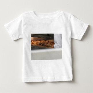Panieren Sie kürzlich gemachtes in den Ofen Baby T-shirt