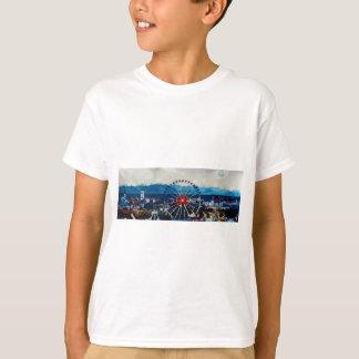 Panorama Münchens Oktoberfest mit Alpen und T-Shirt