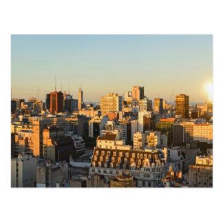 Panoramablick von Stadtbild an der Dämmerung Postkarte