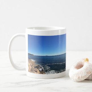 Panoramisches Vista der felsigen Küstenlinie Kaffeetasse