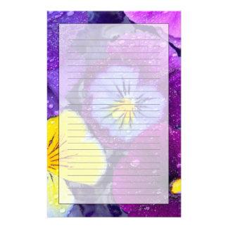 Pansy-Blumen, die in Vogelbad mit Tau 2 schwimmen Briefpapier