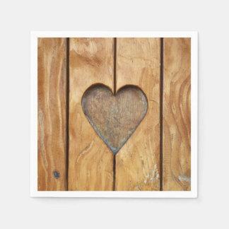 Papierserviette mit einem Herzen im Vintagen Holz