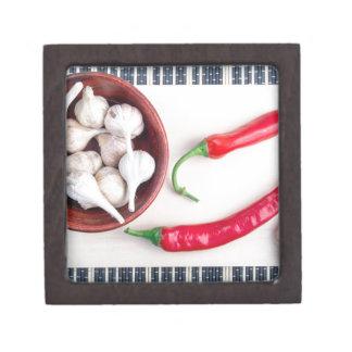 Paprika-Paprikaschoten und -knoblauch in einer Kiste