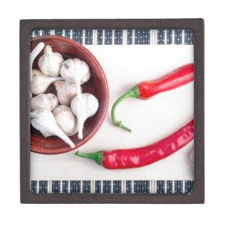 Paprika-Paprikaschoten und -knoblauch in einer Schmuckkiste