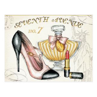 Parfüm, roter Lippenstift und ein Hoch auf den Postkarte