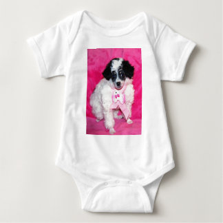 Parti Pudel-Welpe im Rosa Baby Strampler