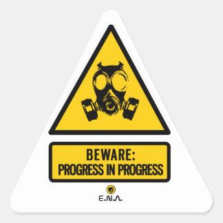 Passen Sie auf: Fortschritt laufend Dreieckiger Aufkleber