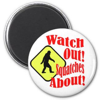 Passen Sie heraus auf! Squatches ungefähr! Runder Magnet 5,1 Cm
