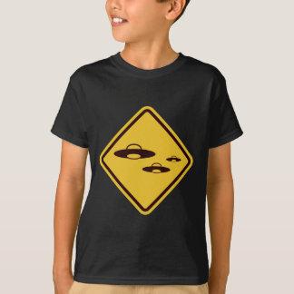 Passen Sie vom lustigen Verkehrsschild UFO auf T-Shirt