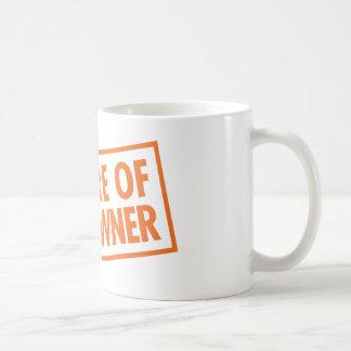 Passen Sie vom Waffenbesitzer auf Kaffeetasse