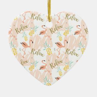 Pastellrosa-Flamingo entspannen sich Druck Keramik Herz-Ornament