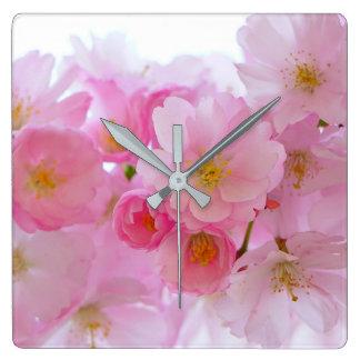 Pastellrosa-Kirschblüten Quadratische Wanduhr