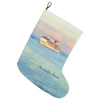 Pastellsonnenaufgang mit dem Kreuzfahrt-Schiff Großer Weihnachtsstrumpf