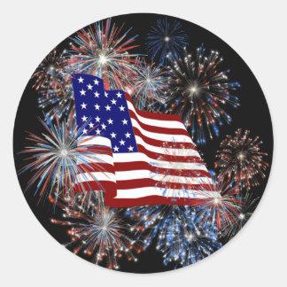 Patriotische amerikanische Flagge und Feuerwerke K Runder Aufkleber