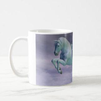 Pegasus, der durch Sturm-Wolken galoppiert Kaffeetasse