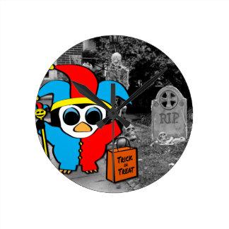 Peguin im Spaßvogel-Kostüm-Trick oder der Leckerei Runde Wanduhr