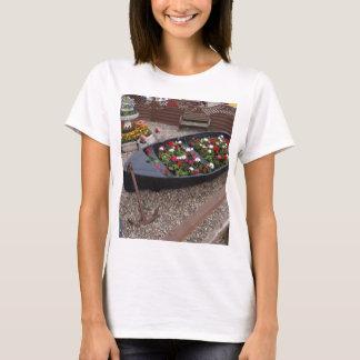 Pelargonien in einem Boot T-Shirt