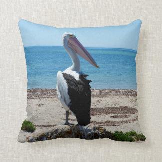 Pelikan auf Strand-Felsen, Kissen