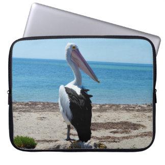 Pelikan auf Strand-Felsen, Laptop Sleeve