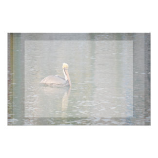 Pelikan, der in bunte Reflexionen des Flusses Briefpapier