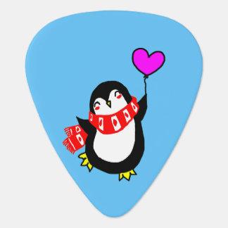 Penguin, der Herz-Ballon-Plektrum hält Plektron