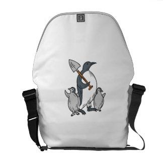 Penguin, der Schaufel mit dem Küken-Zeichnen hält Kurier Tasche