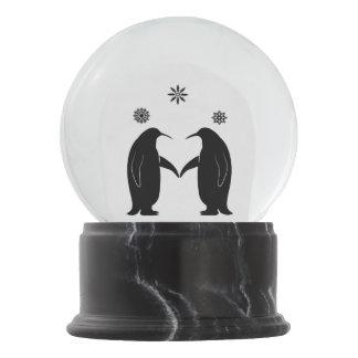 Penguin in der Liebe am Weihnachten im Schnee Schneekugel