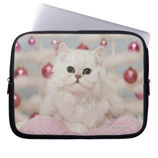 Persische Katze, die auf rosa Kissen sitzt Laptop Sleeve