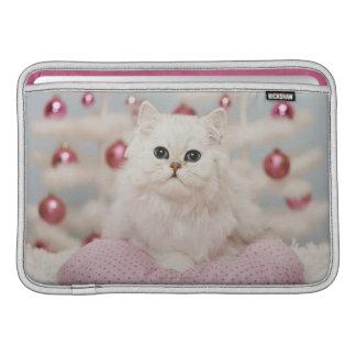 Persische Katze, die auf rosa Kissen sitzt MacBook Sleeve