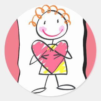 Person, die Herz-Valentinstag-Aufkleber hält Runder Aufkleber