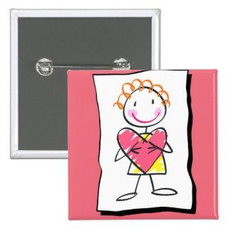 Person, die Herz-Valentinstag-Knopf hält Anstecknadel
