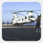 Personal geht in die Rückseite eines CH-46E Sticker