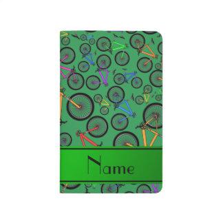 Personalisierte grüne Gebirgsnamensfahrräder Taschennotizbuch