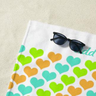 Personalisierte mehrfarbige Herzen Strandtuch