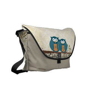 Personalisierte niedliche Eulen, die auf einer Kurier Tasche