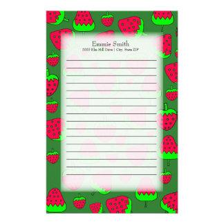 Personalisierte niedliche rote Erdbeeren auf Grün Briefpapier