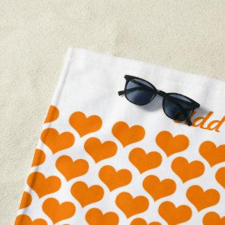 Personalisierte orange Herzen Strandtuch
