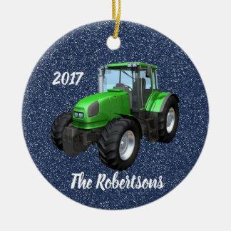 Personalisierter moderner grüner Traktor auf Blau Keramik Ornament