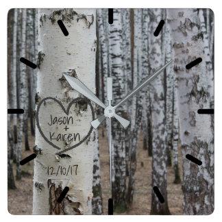 Personalisiertes Land-rustikales geschnitztes Herz Quadratische Wanduhr