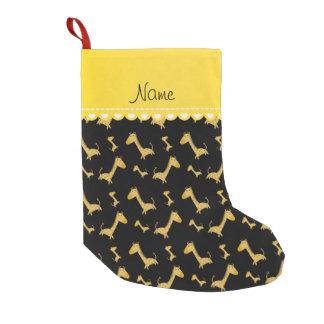 Personalisiertes schwarzes Giraffennamensmuster Kleiner Weihnachtsstrumpf