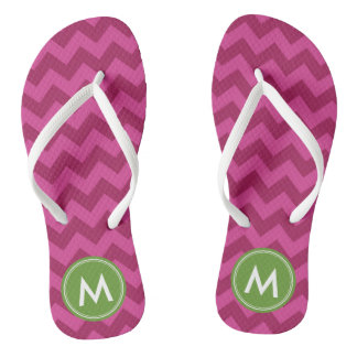 Personifizieren Sie Trendy lila Zickzack Monogramm Flip Flops