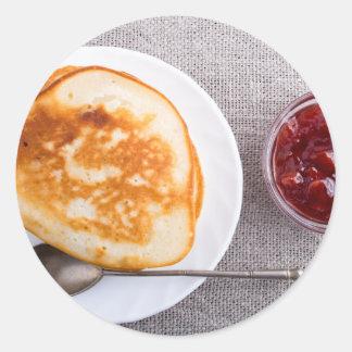Pfannkuchen und eine Glasschale mit Runder Aufkleber